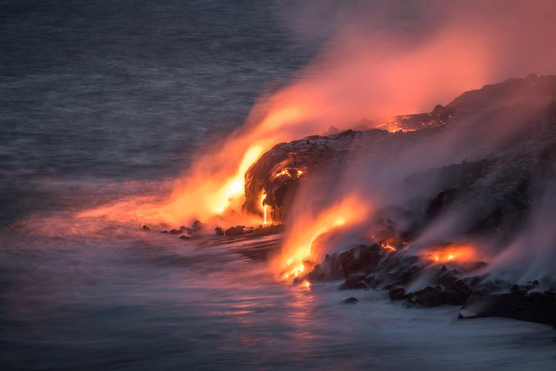 Pele - De godin Pele kust de Stille oceaan en samen groeien ze het eiland Hawaï.