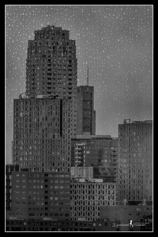 Heavy weather above Rotterdam - Foto is door een glaswand genomen 11 etage.