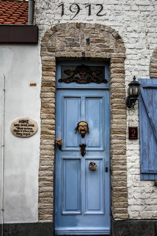 Vreemdste voordeur - Dit is de vreemdste voordeur van België, waarbij een kunstenaar, voorbijgangers op een heel speciale manier begroet!<br /> <br /