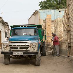 Boechara (Oezbekistan) - Oude Sovjet vrachtauto in woonwijk