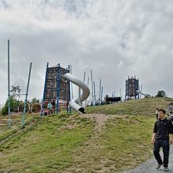 Twee klimtorens met glijbanen.
