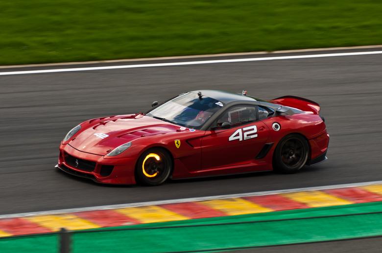 Ferrari 599XX Glowing discs - Een Ferrari 599XX tijdens Corse Clienti dagen op Spa-Francorchamps. De gele gloed in de velgen zijn rood gloeiende remsc
