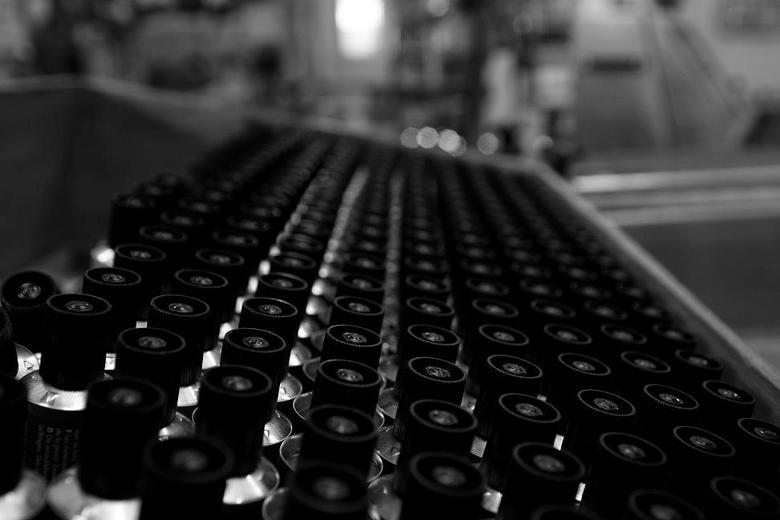 Productie - Deze tube&#039;s staan klaar om gevuld te worden met lijm.<br /> Heb gekozen om de foto zwart/wit te maken omdat hij zo net even iets ext