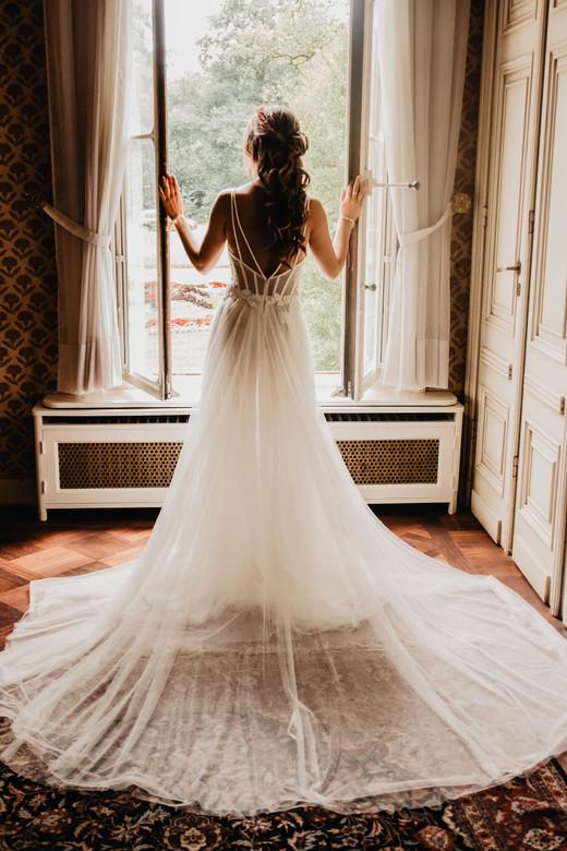 Beautiful bride - Prachtige bruid wachtend op haar aanstaande
