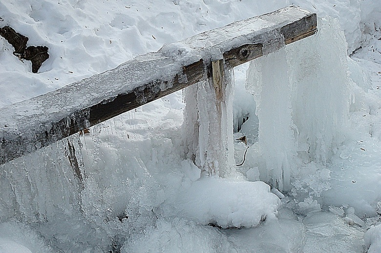 Bevroren bron - In het Zwitserse Graubunden vertrokken we net na zonsopkomst voor een wandeling op de sneeuwschoenen. Het had die nacht 26 graden gevr