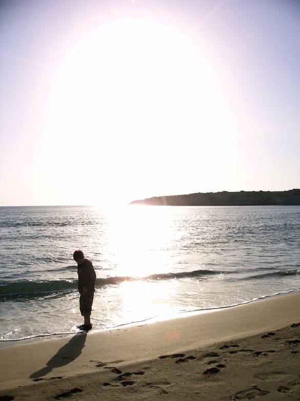 Shadow - Alleen op het strand
