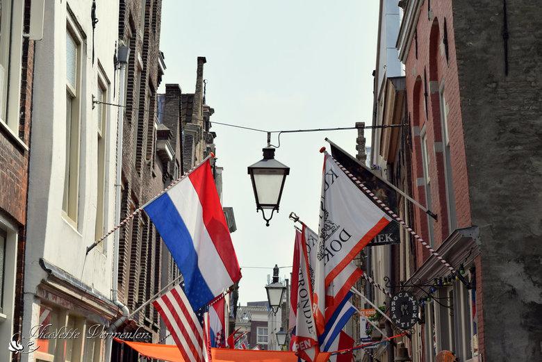 Vleeshouwerstraat in Dordrecht - Vrolijke vlaggen in een winkelstraat in Dordrecht.