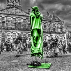 geef het volk brood en spelen  (De Dam te Amsterdam)