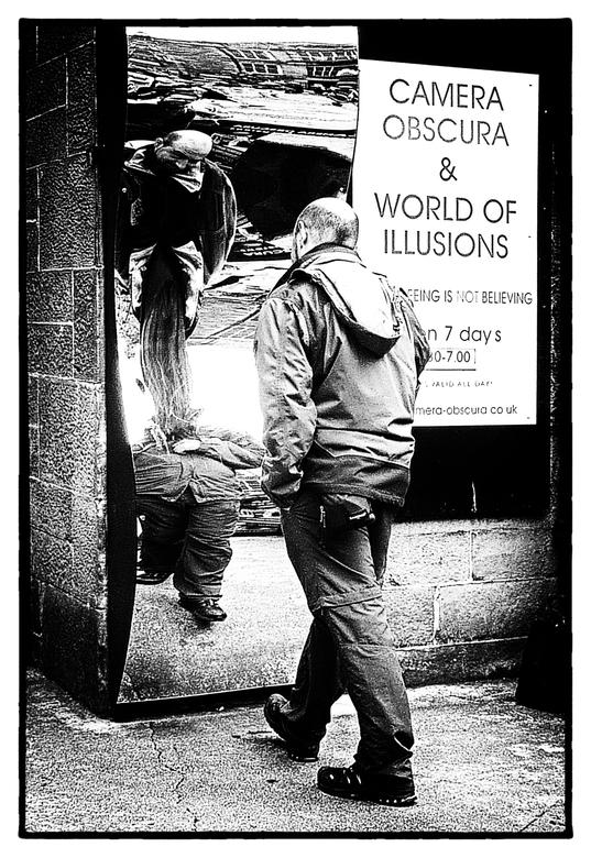 """Camera obscura - Een grappige optische illusie bij de entree van de """"Camera Obscura & World of Illusions"""" in Edinburgh."""