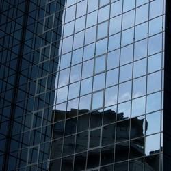 hoogbouw met reflectie