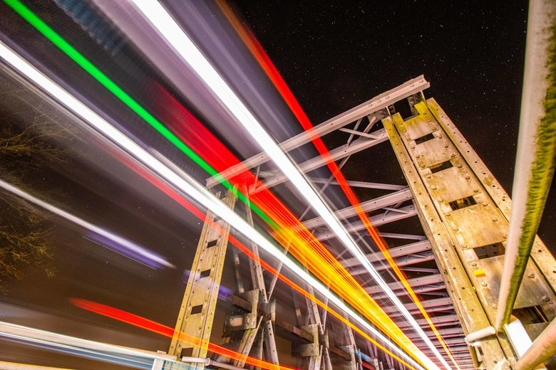 Bus over de brug - Tijdens het maken van 200 foto's voor een startrail, kwam er nog een stadsbus langs. Deze kwam op 20cm maximaal voor de lens l