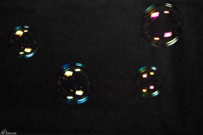Zeepbellen bevatten zoveel kleuren - Voor een zwarte achtergrond deze zeepbellen gefotografeerd omdat ik de kleuren wilde vastleggen. <br /> Ik heb z