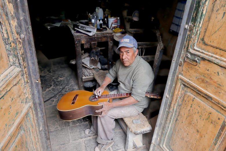 Colombia,gitaarbouwer - In de Candelaria van Bogota,ergens verstopt een klein zaakj, een gitaarbouwer