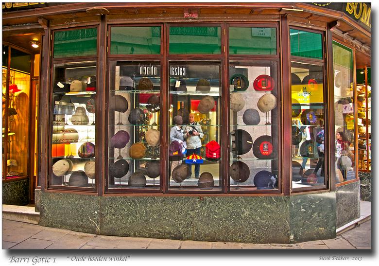 Barri Gòtic 1.jpg - Barcelona, de Barri Gòtic, de oude Jodenbuurt.<br /> Hier een echte oude hoeden/petten winkel, waar ik op dit moment de foto maak