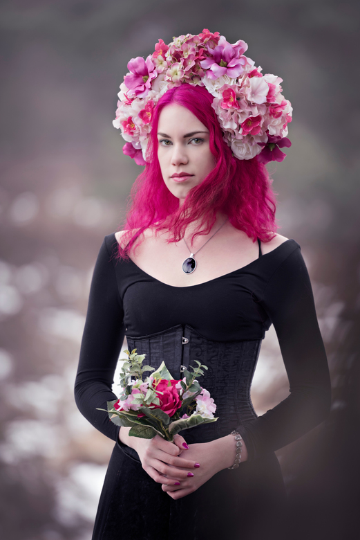 Meisje met bloemenkroon -