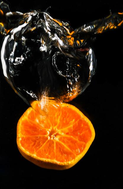 Vallende sinasappel - Een sinaasappel die bellen blaast