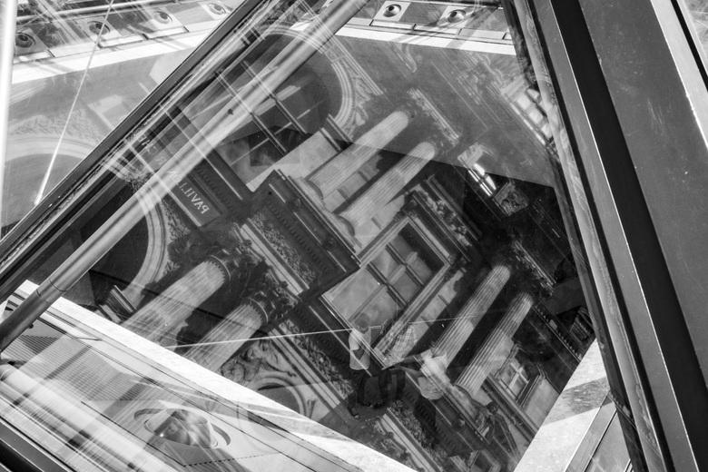 Louvre - Kijkje in de kelder van het Louvre, door de reflectie op de ruiten