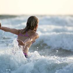 Dochter in de zee bij Julianadorp