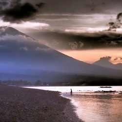 Zonsondergang bij de vulkaan