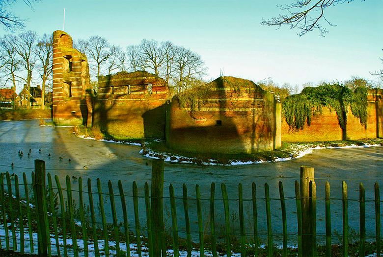 Winter in Batenburg - Vrijdag j.l lag de ruine van Batenburg nog &#039;n beetje in de sneeuw en de gracht er om heen is bijna geheel bevroren.<br />