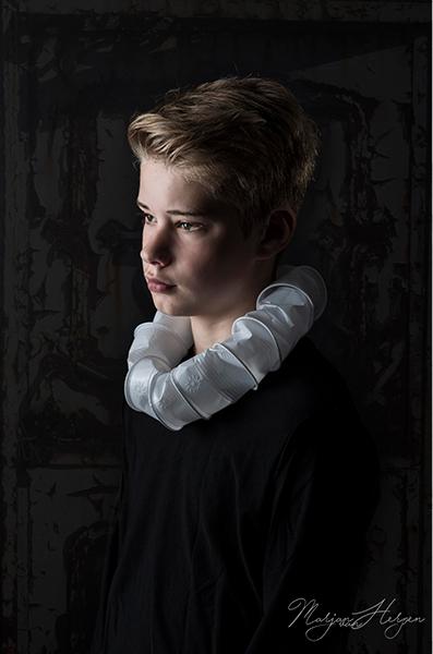 Toon - Toon. Uit de serie: scholieren in de barok. Fine-art portret in een barokke sfeer met voorwerpen van nu.