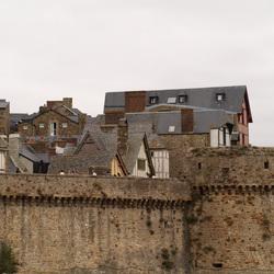 Huisje op huisje binnen de stadsmuren
