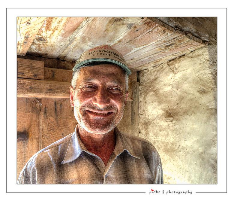 Boertje uit Turkije - De kleine boer, 3 koeien nodigde ons uit zijn huis te bekijken. Hij was uitermate trots op zijn huis en veestapel. Echt hartverw