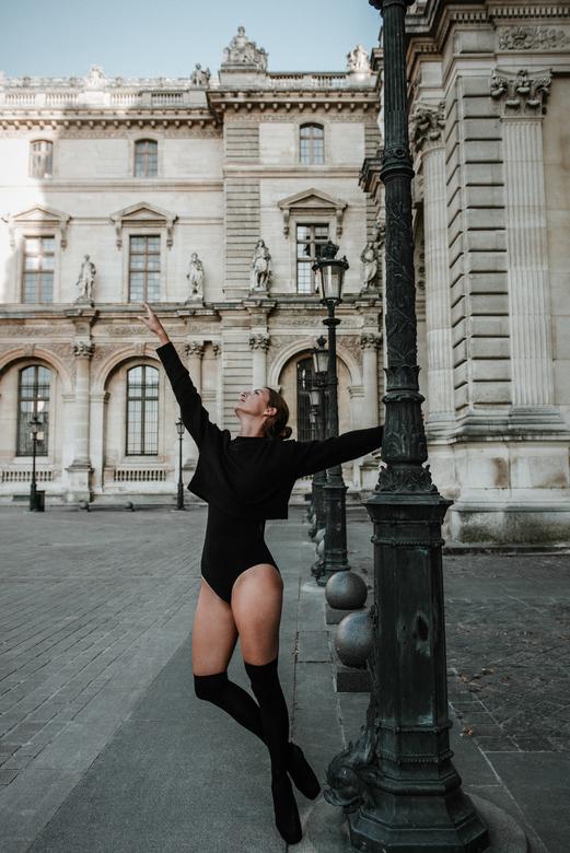 Nina - Nina bij het prachtige Louvre in Parijs
