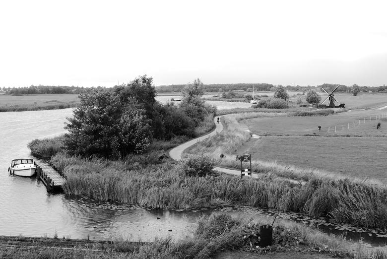 Ontzettend Hollands - Friesland - Typisch Hollands plaatje: water, kanalen, pleziervaart, molens, boerderij dieren, weggetjes, en natuurlijk fietsers!