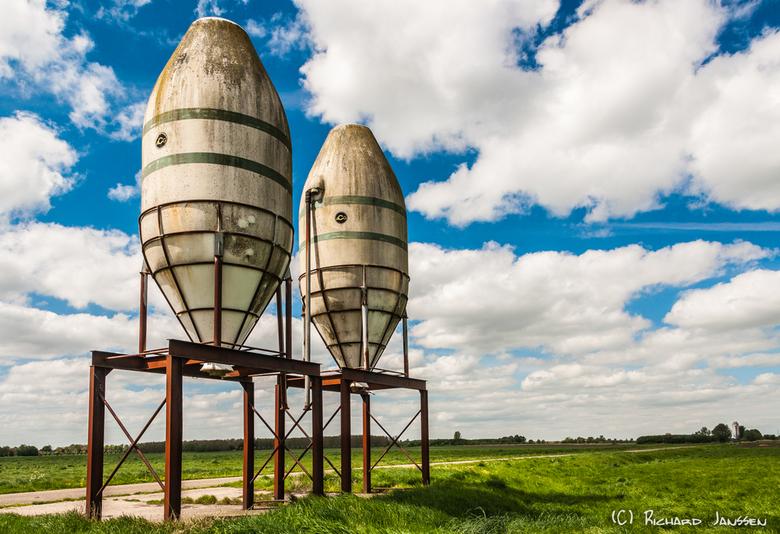 Silo's in het weiland - Twee imposante stalen silo's op een verroeste staalconstructie in het land aan de Rijpmaweg in Woudbloem in de gemeente S