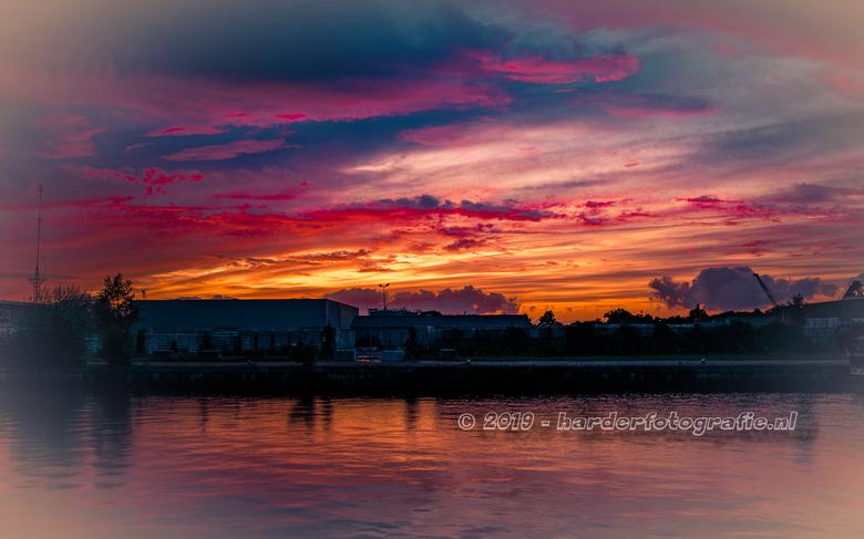 Kleurenpalet in de lucht - Een waar kleurenpalet zaterdagavond boven de haven in Meppel.<br /> Het duurde slechts 5 minuten, maar wel de moeite waard