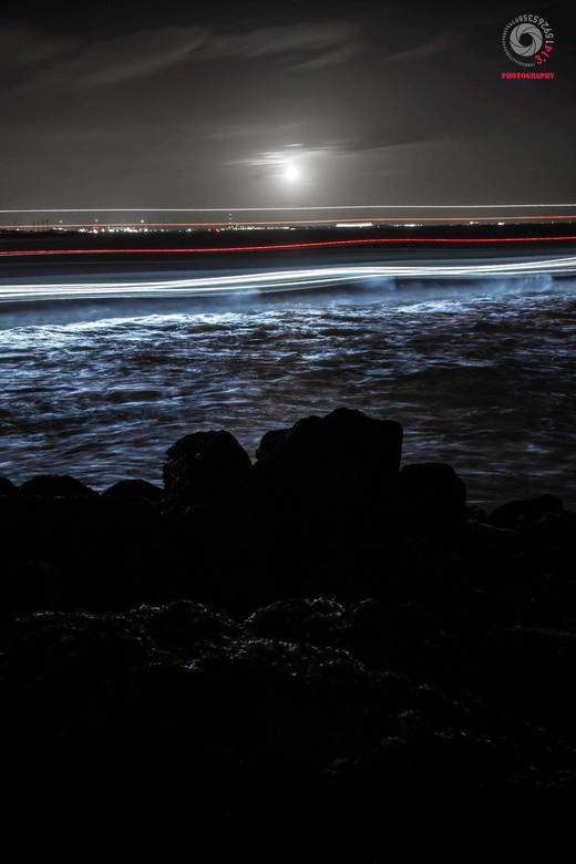 Passeing Boat - Tijdens het avond/nacht fotograferen aan de kust bij Vlissingen kwam er nog een sleepboot voorbij. wat een zeer aparte beeld opleverde
