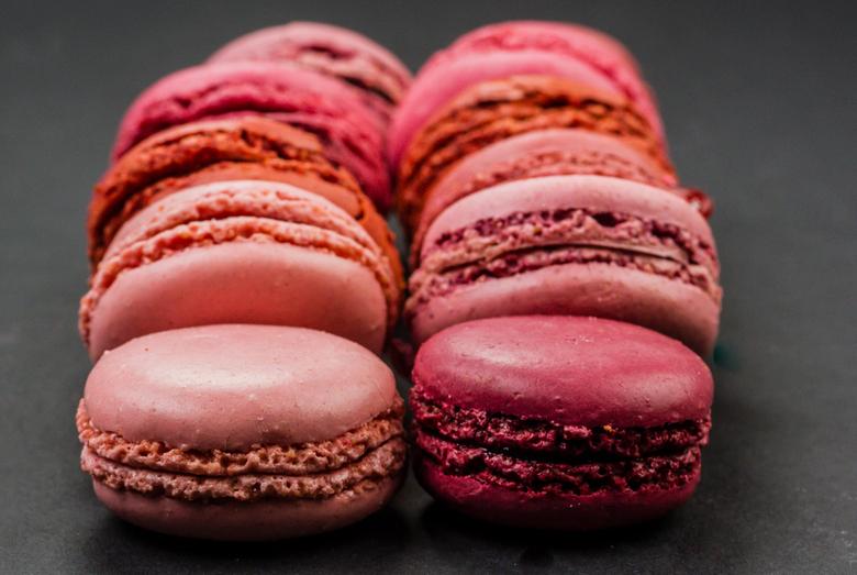 Macarons - Roze gekleurde makarons gevuld met rode vruchten