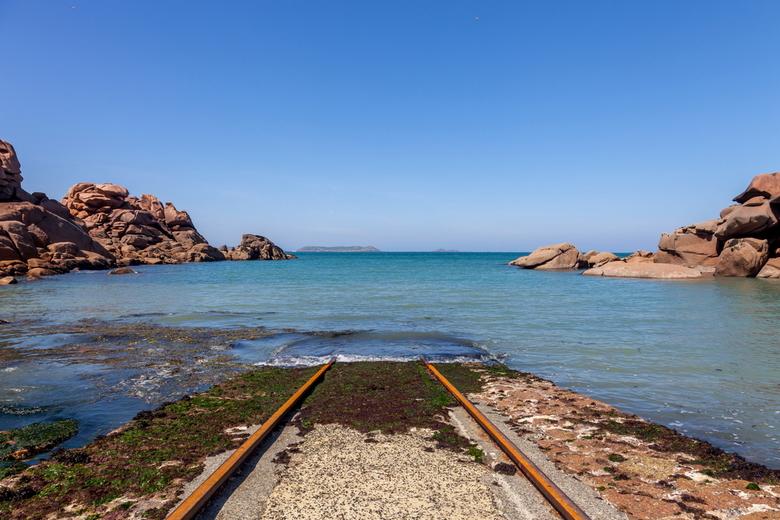 Rail Away? - Nee dit is geen werk van ProRail, maar de rails die dient voor het te water laten van de reddingsboot die in een veel hoger gelegen boten