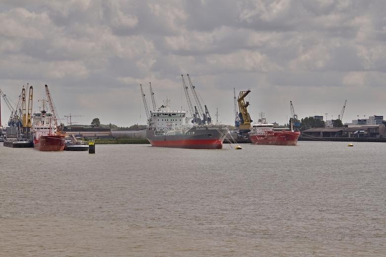 Wachtende zeeschepen.  - De twee zeeschepen rechts lagen voor anker te wachten. Het zeeschip links lag vast aan een meerpaal.