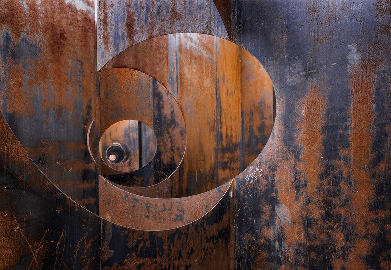 """Spiraal - Detail van een """" Stalen kunstwerk """" in de stad Genk ."""