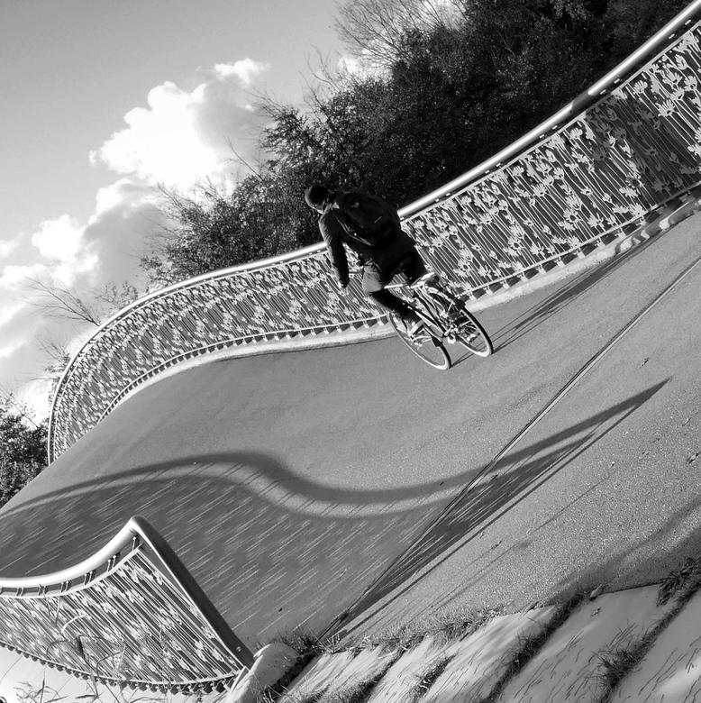 P1050109A Hoe sterk is de eenzame fietser. - Deze foto maakte ik in het Maximapark.<br /> De leuning en de schaduw trokken mijn aandacht.<br /> Even