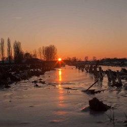 Zonsondergang boven bevroren akker