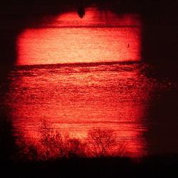 Zonreflectie op het water