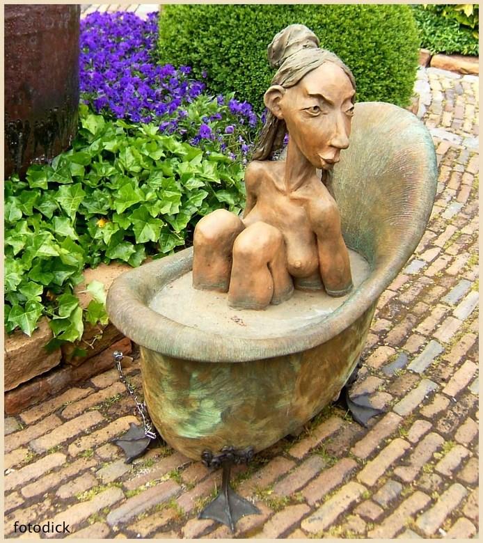 In bad - Zat lekker te poedelen in de tuin van een gallerie in Ootmarsum