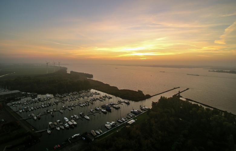 Drone foto - Haven van Strijensas, met zoals je ziet zonsopkomst. Yuneec Q500+ foto.