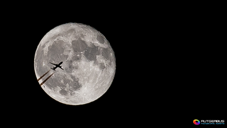 Moon flyby - Gisteren in de vijf minuten die ik buiten was om de maan op de foto te zetten het geluk gehad dat er net een lijnvlucht voorbij vloog. Da