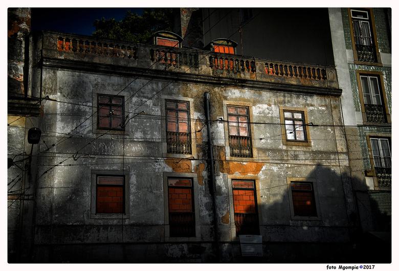 """Avondlicht - Stukje vervallen Lissabon in mooi licht.<br /> <br /> bedankt voor de reacties op <a href=""""http://zoom.nl/foto/straatfotografie/it-s-a-"""