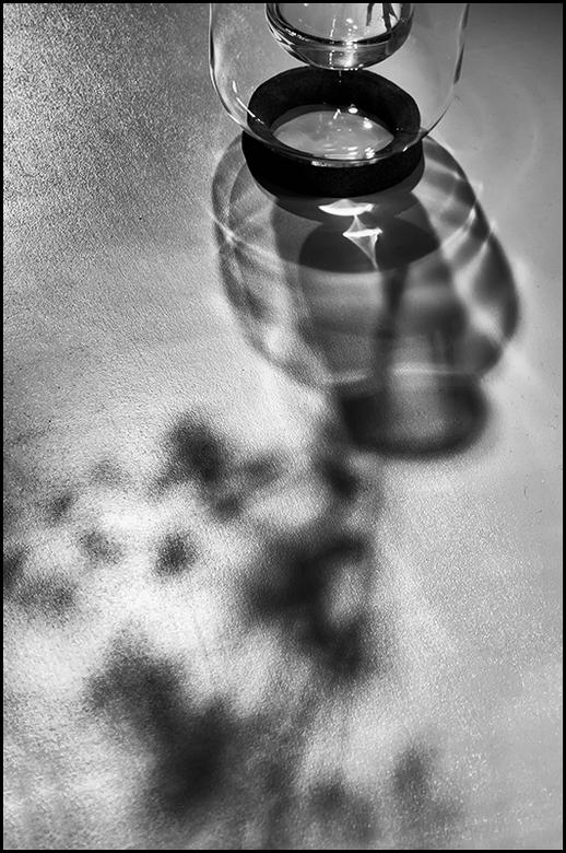 ddw 55 - Schaduw is een fascinerend fenomeen. Afhankelijk van waar het eea staat en de lichtval op een voorwerp terecht komt, ontstaat een interessant