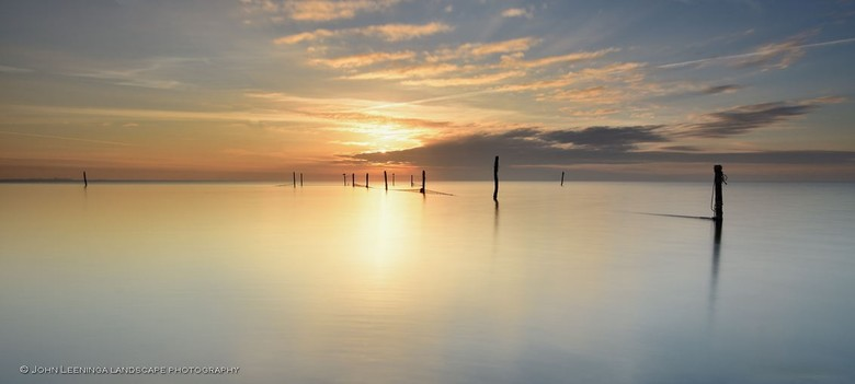 Golden glow - Iedereen bedankt voor de reacties op mijn vorige uploads.<br /> <br /> Visnetten in het IJsselmeer bij zonsopkomst, de zon geeft een g