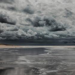Donkere wolk boven noord zee