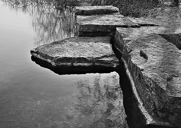 Stenen kruis - Ik vond dit mooi. De structuur van de stenen, de vormen en de spiegelingen vielen<br /> me op.