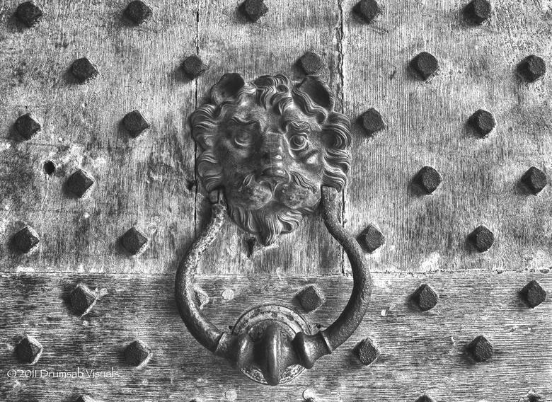 Doorknocker black and white - Een deurklopper in het Leeds castle, Kent, Groot Brittanie.<br /> HDR en daarna omzetting naar zwart wit.<br /> Ik heb