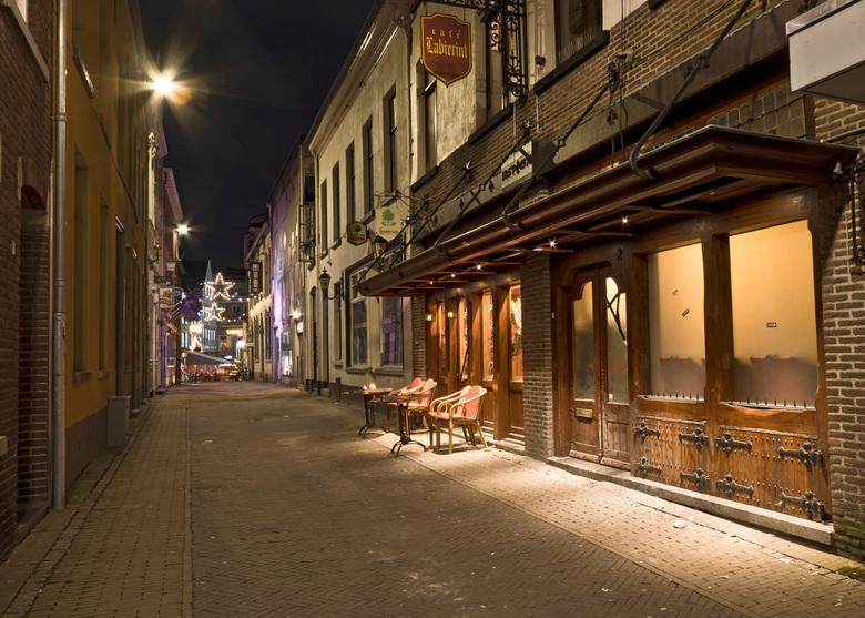 waar blijven ze? - Lege stoelen voor cafe in Venlo