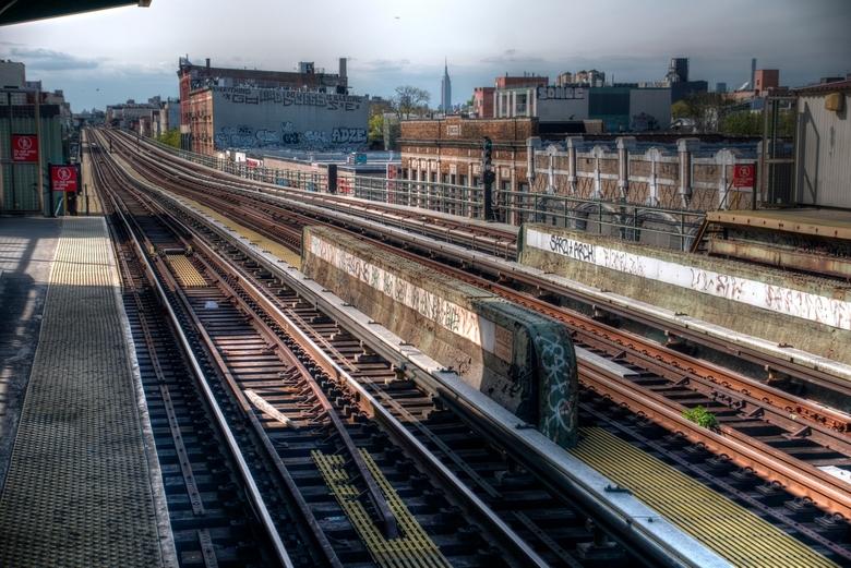 Broadway Brooklyn - De subway in Brooklyn ligt niet onder de grond, maar juist erboven. 10 meter boven straatniveau denderen de oude treinstellen over
